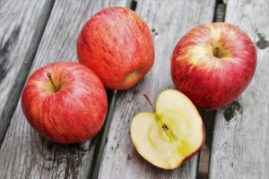 des pommes rouges